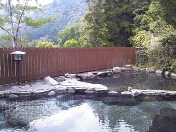 「湯の峯荘」の露天風呂では、熊野の自然の中で入浴できます。 湯の花がたっぷりの炭酸水素塩泉。90℃の高温で湧き出ており、ここまでの高温は関西では他に湯村温泉しかないほどめずらしいのだそう。