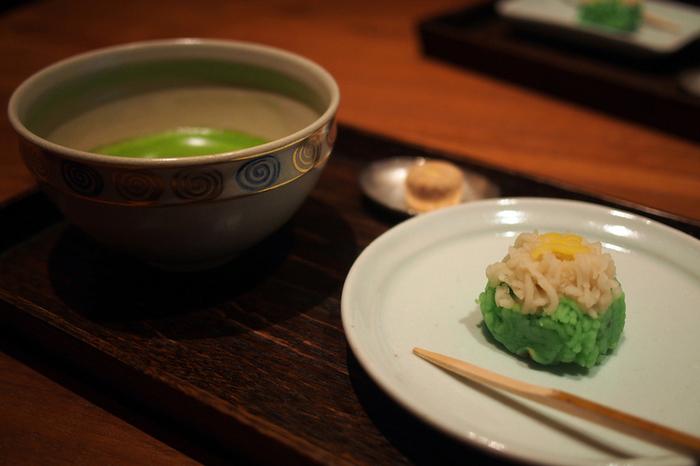 季節の上生菓子と一緒にいただく抹茶もおすすめ。上質な時間を楽しみたいという方に、ぜひ訪れていただきたい日本茶専門店です。