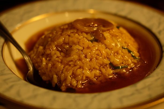 あんかけチャーハンとは、魚介・肉・野菜などが入ったあんをチャーハンにかけた料理。香港では、福建炒飯と呼ばれるそうですが、福建料理にあんかけチャーハンはなく、福建省出身の料理人が考案したなど諸説あります。