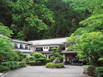 和歌山との県境にあり、「泉州の奥座敷」と呼ばれているのが「奥水間温泉」です。  自然に囲まれているので、春は桜、秋は紅葉と四季折々の景色が楽しめます。また、渓流がそばを流れているため、夏には蛍も見られます。