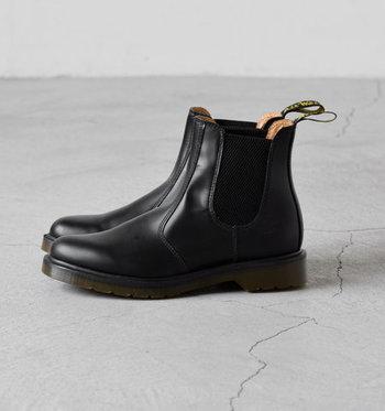 毎年欲しくなるシンプルなショートブーツ。サイドゴアタイプは特に足入れがよく、フィット感も◎。持っていて損はない優秀な一足です。