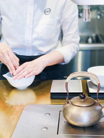 定番のお茶のほかにも、オリジナルのお茶ドリンクが人気で、中でも多くの女性が注文するのが「ラテ」。オーダーを受けてから、茶筅(ちゃせん)で点てる作りたての一杯は、香りを存分に楽しむことができます。