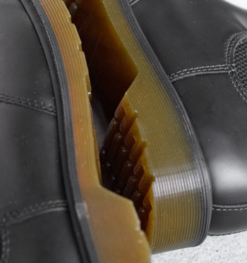 ヒールは約3cmと、安定感のあるフラットなつくり。アウトソールには深めの凹凸があり、滑りにくい設計です。
