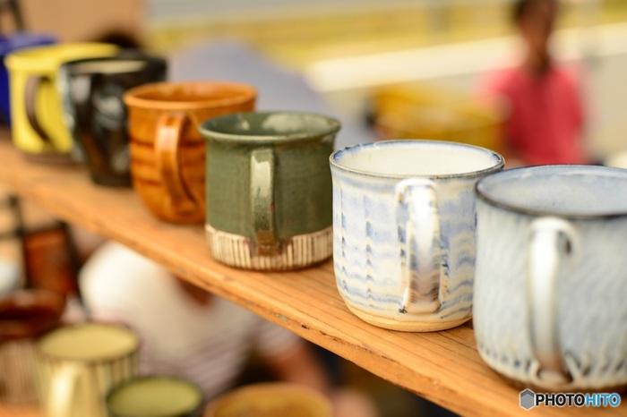 いわゆる陶磁器のことを「せともの」と呼びますが、これは「瀬戸で作られたもの」が由来とされています。常滑・越前・信楽・丹波・備前とともに日本六古窯のひとつである瀬戸の歴史は古く、平安時代の11世紀初頭から始まったとされ、今でも日常的に使う器として親しまれています。