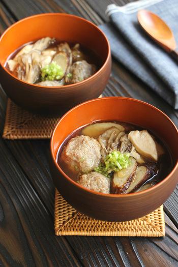 お好みのきのこと秋刀魚で作るきのこ汁。つみれは、フードプロセッサーを使えば意外と簡単!出汁は麺つゆだけで秋刀魚が旨味を引き出します。旬の美味しさを汁物で丸ごといただきましょう。