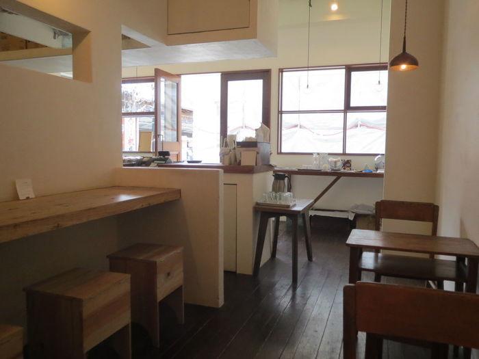 店内にはカフェスペースも併設されており、白を基調とした、木の温もりを感じる空間。このようなカウンター席や、テーブル席で過ごすことができます。