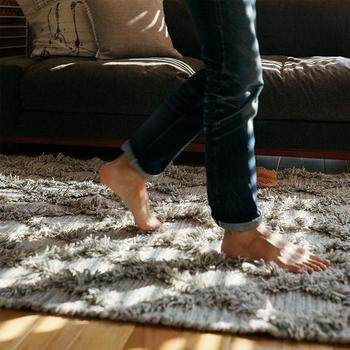 でも、天然素材のウールのラグだと、空気中の湿気や体についた汗なども吸ってくれるので素足で歩いてもさらっとしていて快適に過ごせます。