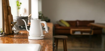 生活感がでる家電でリビングやキッチンのインテリアを邪魔したくない。そんな時にはシンプルでスタイリッシュなデザイン家電を選ぶのが◎。お部屋の雰囲気をそのままに、もっとオシャレな生活を目指せそうです。