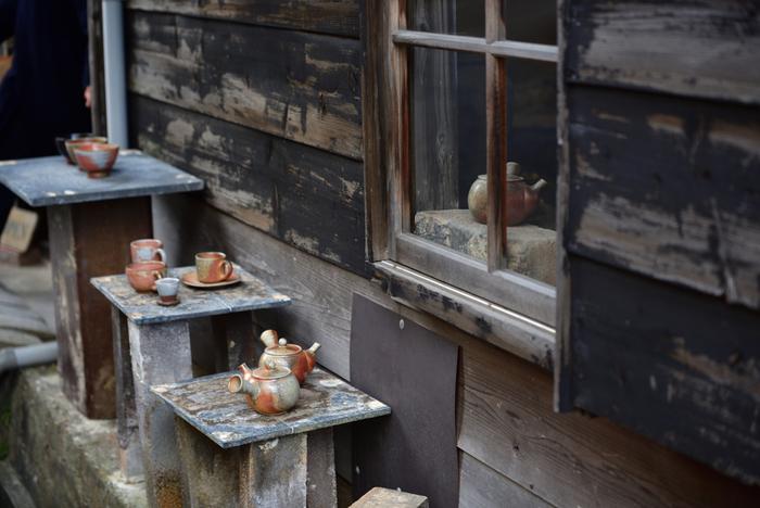 無釉で焼き締めた朱泥(しゅでい)急須で有名な常滑焼は、土に含まれている鉄分が発色した赤い陶器が代表的です。近ごろは、シンプルで日常使いにも合うような、釉薬を使った粉引きや灰釉などの器も多く作られています。