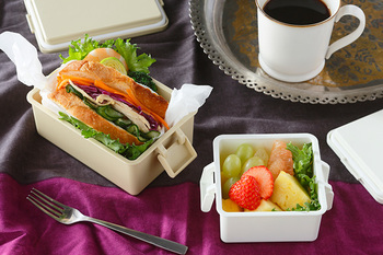 一見普通のお弁当箱、実は蓋に保冷剤が付いているんです。蓋を冷凍庫に入れて凍らせれば、保冷剤の効果が得られます。冷たいサラダや食中毒の気になる季節に。