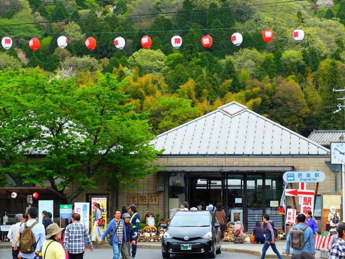 毎年10月の体育の日を含む3連休に甲賀市信楽町一帯で開催している「信楽陶器まつり」。信楽駅を出るとすぐにたぬきと提灯がお出迎え。「瀬戸」と同じく日本六古窯のひとつである「信楽」では、土味を生かした素朴な風合いが魅力の陶器が作られています。