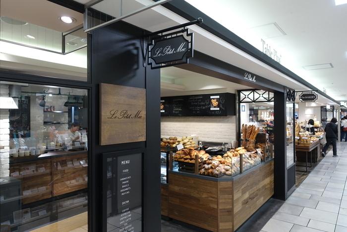 京都では有名なパン屋さん「ル・プチメック(Le Petitmec)」というと一号店の今出川店、御池店がありますが、今回は2014年にオープンした京都大丸店をご紹介します。 フランステイストで知られる「ル・プチメック」は、クロワッサンが有名。京都大丸店ではベーグルやドーナツ、マフィンといったNYスタイルを取り入れた商品も並んでいます。