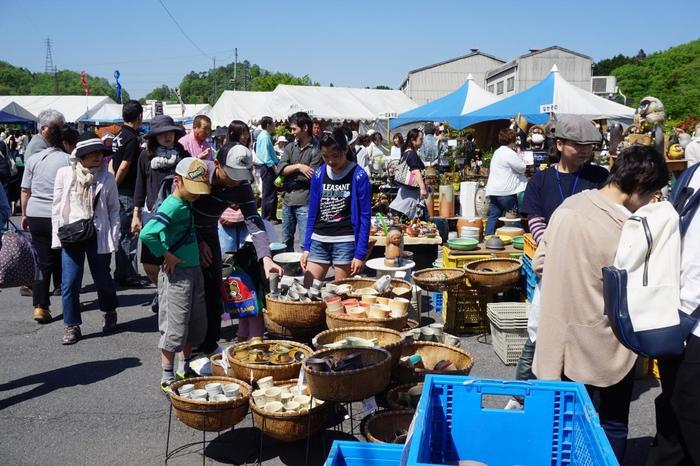 陶器まつりは2会場あります。「信楽地域市民センター」周辺では、窯元や陶器店が普段使いに良さそうな食器の他、花器や置物などをお得な価格で販売しています。また、手打ちそばや焼しいたけなどの食べ物も楽しめますよ。