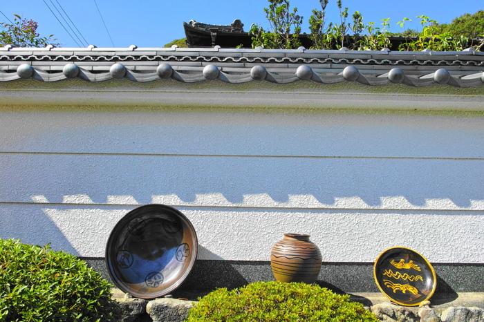 閑静でのどかな里山である篠山市今田で開催される「丹波焼陶器まつり」では、人気の丹波焼をお得な価格で購入できるとあってたくさんの人で賑わいます。丹波焼も、瀬戸、常滑、信楽、備前、越前と共に歴史のある焼き物の里のひとつです。約60件ある風情あふれる窯元を直接訪ねて、作り手とお話しすることもできますよ。