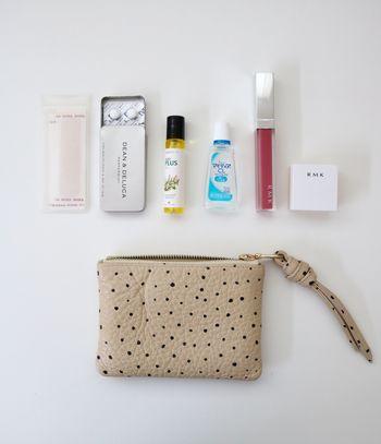 小さめバッグのときは、必需品だけを厳選して持ち物は最小限に。バッグに入れても余裕があるくらいのコンパクトなポーチをチョイスして、入るものだけインするのが鉄則!