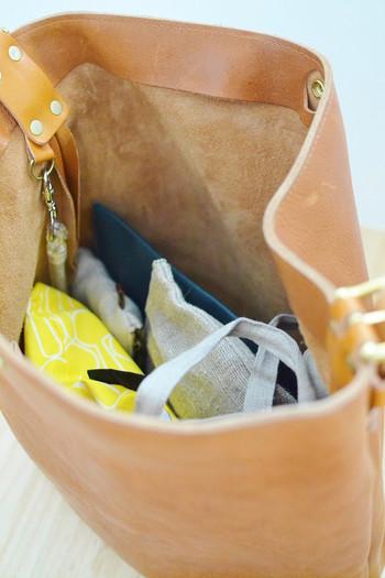 普段使いのしっかりバッグの日にプラスしたいアイテムだけ、小ぶりバッグの日用のポーチとは別に、もうひとつのポーチに入れてまとめておきましょう!ポーチなら何個入れても、バッグの中がゴチャゴチャしないのでいつでもスッキリ♪