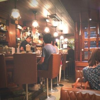 照明やインテリアなど、レトロなしつらえの店内。18時以降はバーとして、お酒も愉しめる大人の場所にもなります。