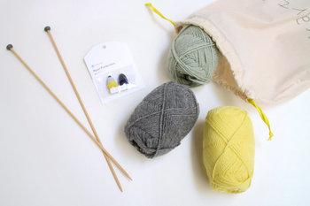 冬に向けて編み物に挑戦したい方は、DARUMA(ダルマ)の「スターターキット」がおすすめです。毛糸・編み針・編み方の本など必要な道具が一式セットされているので、初心者さんでもすぐに編み物を始めることができますよ。