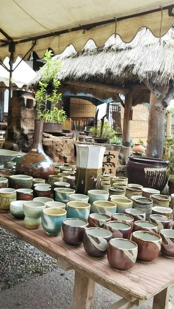 1966(昭和41年)から始まった益子陶器市は、GWと11月3日前後の年2回開催され、春秋あわせて約60万人が訪れる大人気のイベントです。約50の販売店の他、約500ものテントで伝統的な益子焼やカップ、皿などの日用品を購入することができます。
