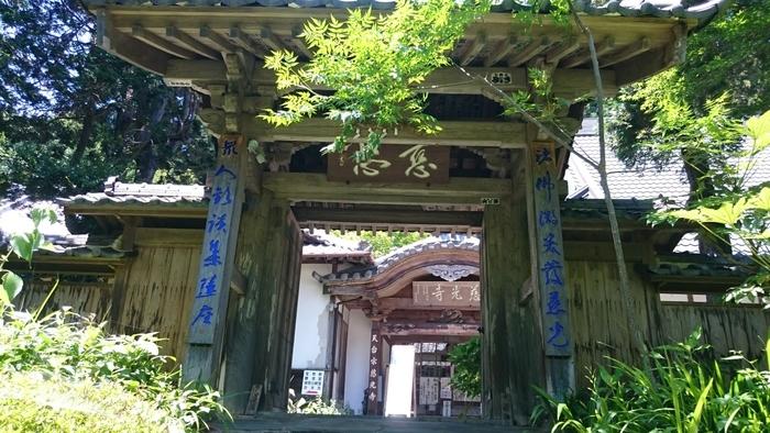 1300年以上の歴史を誇る慈光寺は明覚駅・越生駅・武蔵嵐山駅から路線バスが出ています。ただし、バス停からは徒歩で40分かかるのでハイキング気分でお出かけください。予約制のときがわ町デマンドバスならバス停下車徒歩約2分です。