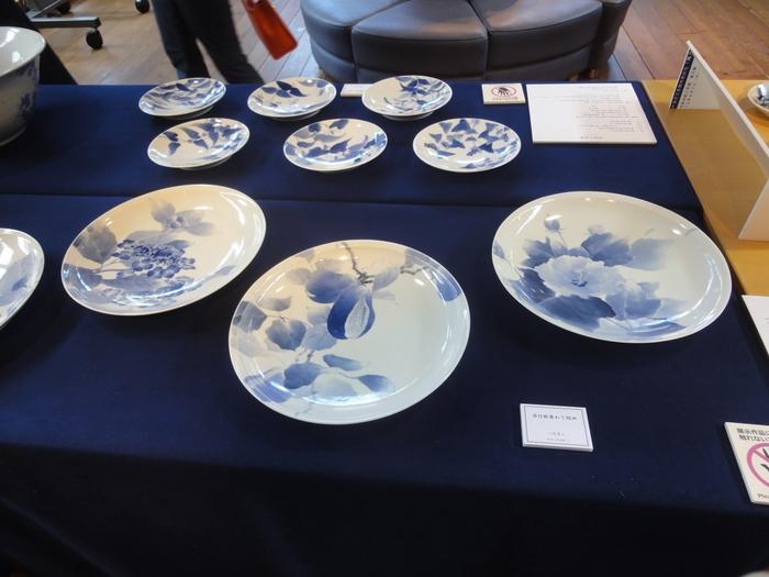 古くは陶器が中心でしたが、江戸時代に加藤民吉が九州で磁器の製造技術を学び、瀬戸の窯業は飛躍的に発展しました。白い素地に青色の顔料(呉須)で絵付をした美しい瀬戸染付は、国の伝統的工芸品に指定されています。「せともの祭」では、ワークショップで染付の体験もできますよ。