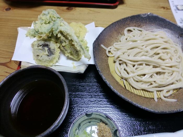 しっかりとしたコシと香りのいいうどんと山菜の天ぷら。駐車場も広いので土日でもそこまで混んでおらずゆったり頂けます。