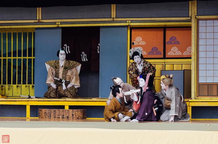 歌舞伎の舞台は、セットが豪華なだけでなく、役者が着用する衣装、カツラ、小物にいたるまで、プロの職人の手づくりによるもの。 煌びやかで華やかな歌舞伎の世界は、芸達者な役者だけでなく、本物にこだわる職人の情熱が詰まった、総合芸術といえるでしょう。