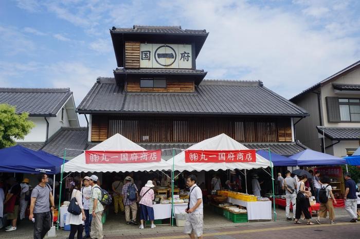 """「せともの祭」は、GWに開催される佐賀県「有田陶器市」、岐阜県土岐市の「土岐美濃焼まつり」とともに、日本三大陶器まつりの一つ。瀬戸川の両岸、窯神通、瀬戸蔵屋外広場、パルティせと駅前広場では、お値打ち価格の""""せともの""""が並ぶ「せともの大廉売市」が開催され、数十万人もの人で賑わいます。木造4階建ての老舗陶器店「丸一国府商店(まるいち・こくぶしょうてん)」も、お祭り仕様です。"""
