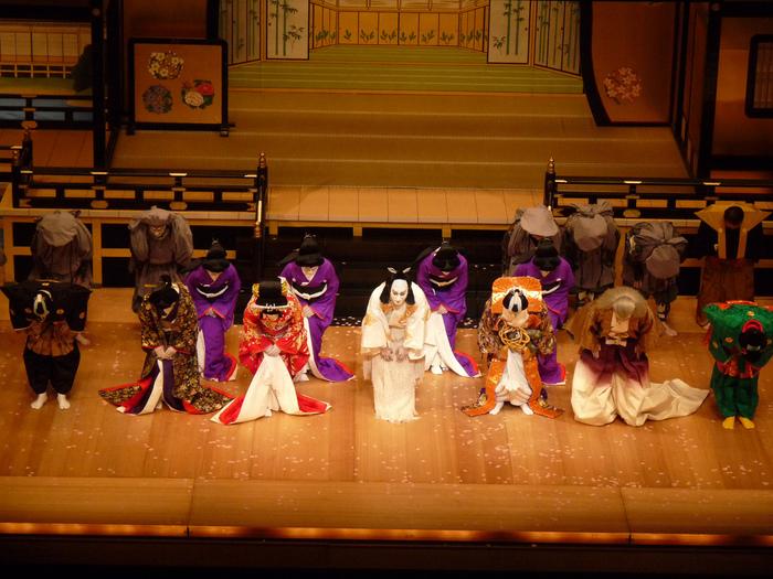 今回は、そんな人気の理由ともいえる、「歌舞伎」の魅力・楽しみ方をわかりやすく紐解いていきます。  初の観劇時は少し緊張するかもしれませんが、これからご紹介するポイントをおさえれば、少しは肩の荷が下りるはずです。幕が上がったら最高の歌舞伎役者が繰り広げる演目の世界を、心が感じるまま愉しみましょう!