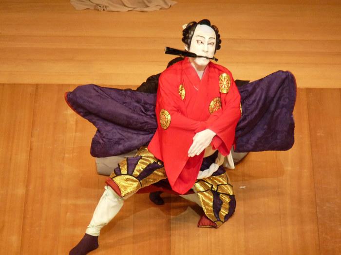 歌舞伎界では、長い歴史の中で「名役者」と称される素晴らしい役者たちが看板を背負い続けています。歌舞伎の代名詞でもある故・市川團十郎をはじめ、市川海老蔵、中村勘三郎、女形では人間国宝になった坂東玉三郎などは、歌舞伎初心者でも聞いたことがあるでしょう。  役者名は代々襲名されて受け継がれており、なんと400年以上受け継がれている名前もあります。