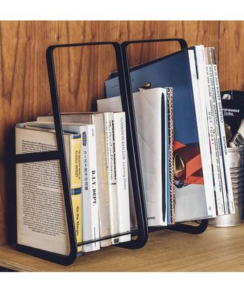 デスクや棚などちょっとしたスペースを本棚にできる、スチール製のブックスタンドです。雑誌からA5の本までコンパクトにまとまり、お部屋がすっきり。