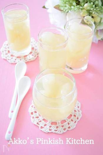 初秋のおもてなしには、梨のコンポートゼリーいかが?梨のコンポートは炊飯器にお任せで簡単に作れます。果肉がゴロゴロと入ったゼリーは、一口食べるごとに秋を感じられますよ♪