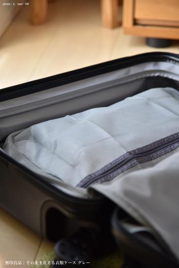 せっかく旅行用の衣装ケースを買うのであれば、洗濯できるタイプをセレクトしてみては?旅先から帰って、収納したお洋服をそのまま洗濯機にかけることができます。  中身も見えるので、手に取れば何が入っているか一目瞭然!さらに使ってないときはスマホほどのコンパクトなサイズにまで折りたためるという点も優秀です。