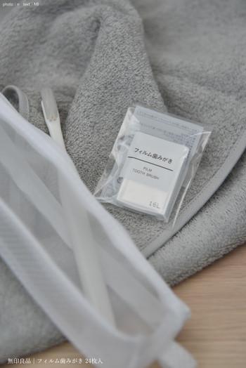 こちらもかさばらないお役立ちアイテム。なんと歯磨き粉がフィルムに変身。前歯につけたあとに、歯ブラシに水をつけて磨くと泡立つ仕組みになっています。爽やかなミント風味でスッキリ!