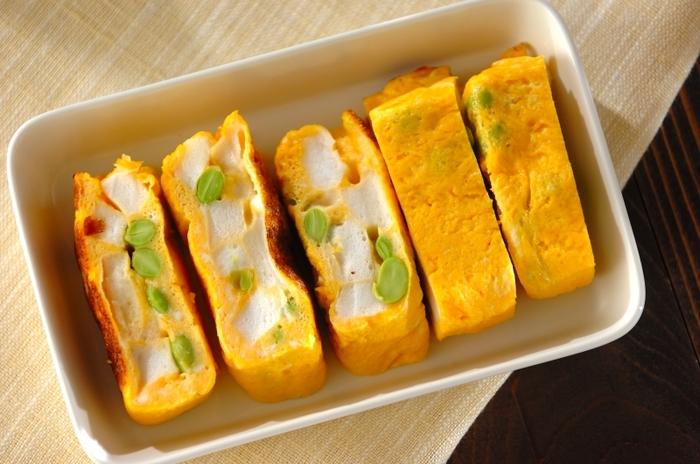 はんぺんと枝豆の異なる食感を楽しめる卵焼きです。たくさん具材を入れているので、巻かずに作ります。食べ応えもあって、大人数のお弁当作りの時にはおすすめですよ。