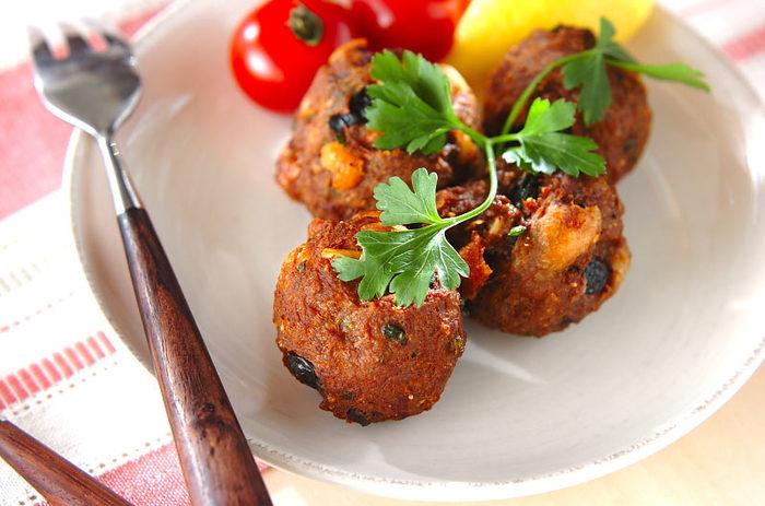 レーズンやナッツ、ブラックオリーブが入ったいろいろな食感が楽しいイタリアン風ミートボールです。味がしっかりついていてソースが不要なので、お弁当箱にも詰めやすいのがポイント。