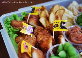 お弁当の必須アイテムであるピックは、つまようじとマスキングテープで簡単に作れます。お気に入りのデザインのものでフラッグ型にすると、子供も喜ぶ賑やかなお弁当に。