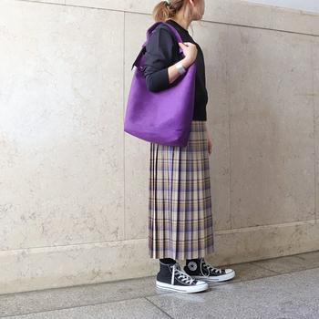 ロングなタイプのプリーツスカートは、コンバースとカットソーを同系色でまとめることで「Iライン」を作り出すことができるので、スタイルもよく見せることができます。バッグなどの小物類も秋に映えるパープルをチョイス。女性らしいのにアクティブな印象を与えることができる、秋に真似したい見本コーデです。