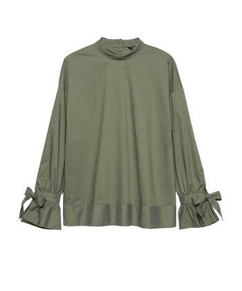 形が綺麗で襟元や袖口など細かいディテールがポイントになる変形タイプのブラウスには、あえて裾が切りっぱなしのデニムやウォッシュタイプのボーイフレンドデニム、そしてワイドタイプのパンツをチョイス。カッティングが綺麗な変形タイプのブラウスは秋口に一枚あると便利なアイテムです。