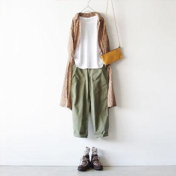 ペイズリー柄のシルク混紡の前開きワンピースはさらっとした肌触りで着ていてとっても心地いい。カーキーパンツにTシャツというメンズライクなスタイルに重ねるだけで、女度も上がり、おしゃれに見せることができます。秋口は、バッグをカゴから皮に、シューズもサンダルからかっちり系にシフトチェンジすると◎