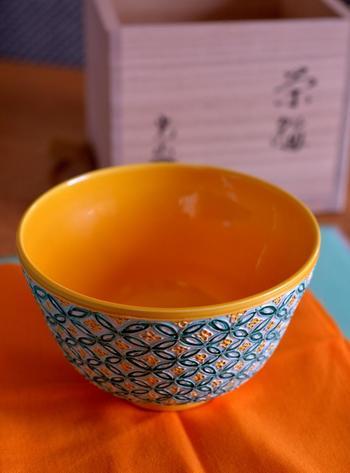京都を代表する伝統工芸「清水焼」は、茶人や公家に献上された歴史があり、綺麗な装飾を施された高級感のある器が多いのが特徴です。陶器市では、清水焼を中心とした茶道具や花器などをお得な値段に手に入れることができます。