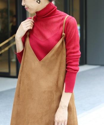 華やかな真紅も薄手のタートルネックなら抵抗なく着ることができます。秋色のベージュやカーキーとの相性も良いのでキャミワンピースや太めのパンツに合わせて粋に着こなしたいアイテムです。