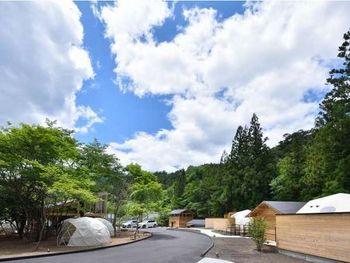 広い敷地内には、ドームテントやキャビンが並び、ドームテントにもトイレや露天風呂・テラスが完備しています。