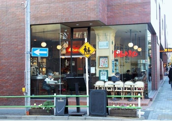 前出のブルーブリックラウンジの少し先、青南小学校の向かいにあるフロムファーストビルの1階に。こちらも40年ほどの歴史を持つ店です。 フレンチベースのランチとディナーを提供していますが、ケーキとコーヒーでひと休みできるティータイムメニューもあります。