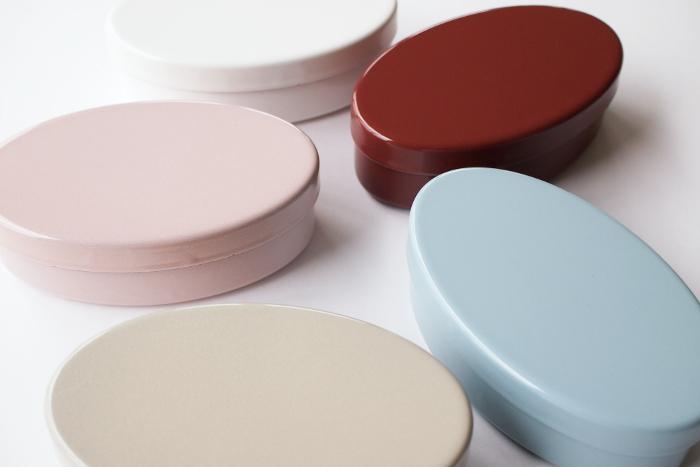臭いが付きにくく、衛生的で丈夫なのが琺瑯の特徴。つるりとしたガラス質の質感が滑らかで美しいお弁当箱です。電子レンジには入れられないから注意して。