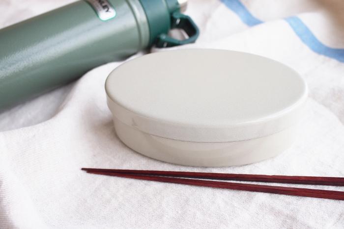 やや細長い楕円の曲線が美しい、琺瑯のお弁当箱。柔らかな灰白色で大人っぽい雰囲気です。他にもニュアンスのある桜色や水色などもあります。