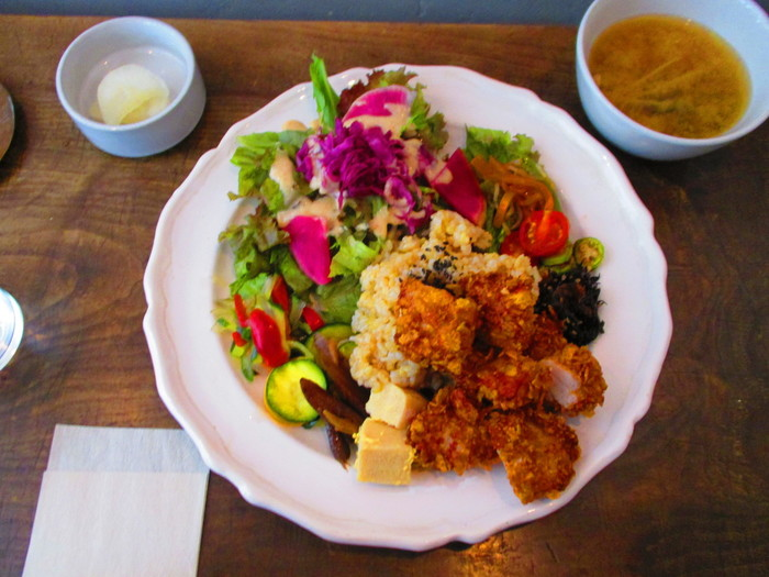 こちらでいただけるのは、玄米をメイン有機野菜をたっぷり使ったおばんざいやスパイス料理の数々。ランチでは、セレクトできる主菜の他に、日替わりの副菜が数種類ほど盛り付けられていて、食べる前からワクワクが気分が高まります。