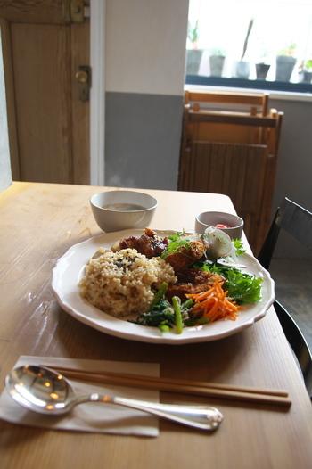 「玄米のおばんざいプレート」は、もっちりした絶妙な炊き加減の玄米がおいしいと評判。おかずも日替わりなので、訪れるたびに違った味を楽しめるのも人気の理由です。