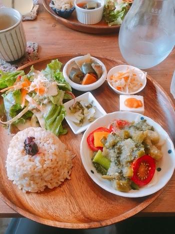 人気の「フェテカフェご飯」は、サラダと4種類のデリ、メインのおかずと有機玄米のセット。オーガニック食材にこだわり 旬の有機野菜を使ったお料理は、どれもやさしい味。こちらのランチメニューは17時まで注文できます。