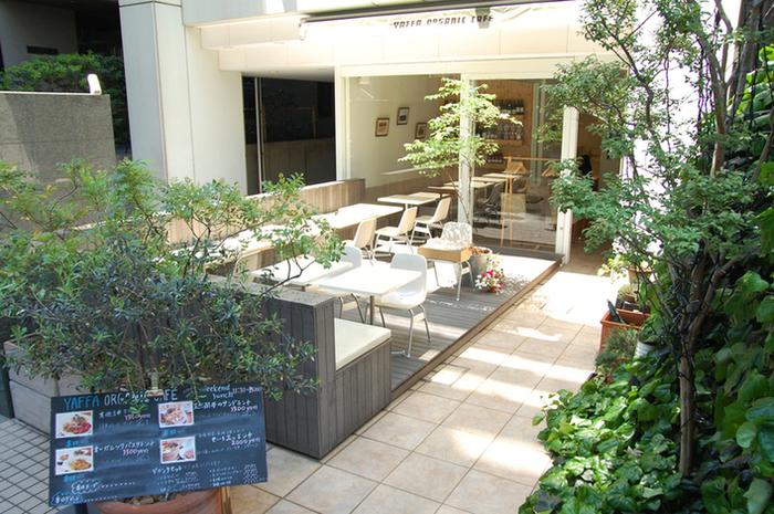 JR渋谷駅の新南口から徒歩2分ほどのホテルに1階にある「YAFFA ORGANIC CAFE(ヤッファオーガニック カフェ)」は、真っ白な外観とオープンテラスが印象的なお店です。
